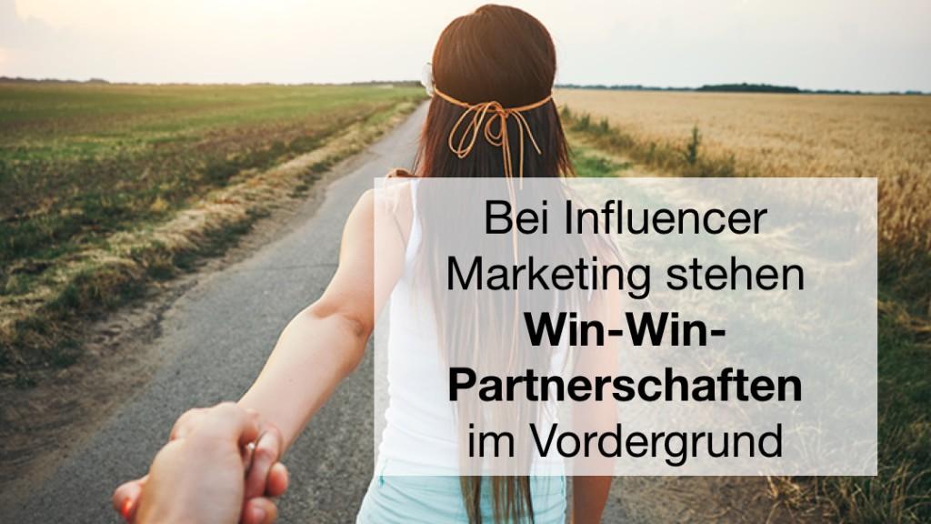 Wichtig bei Influencer Marketing ist, dass erst der passende Influencer lokalisiert wird, der dieselbe Zielgruppe betreut wie das Unternehmen. Gleichzeitig muss eine Win-Win-Partnerschaft aufgebaut werden.